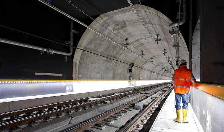 Service Worker on Zurich train tunnel